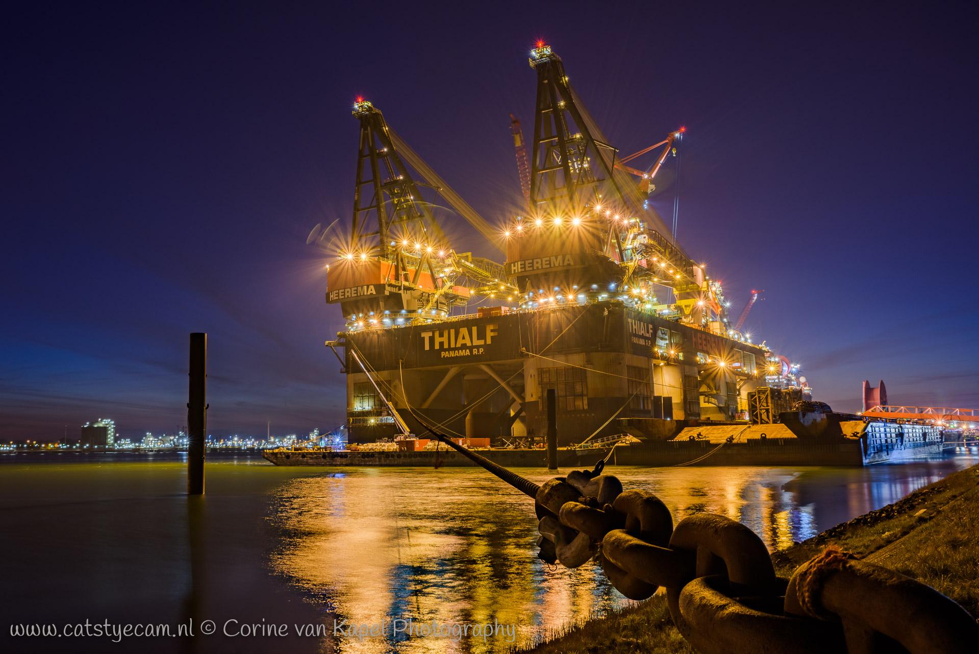 Thialf bij nacht in het Calandkanaal