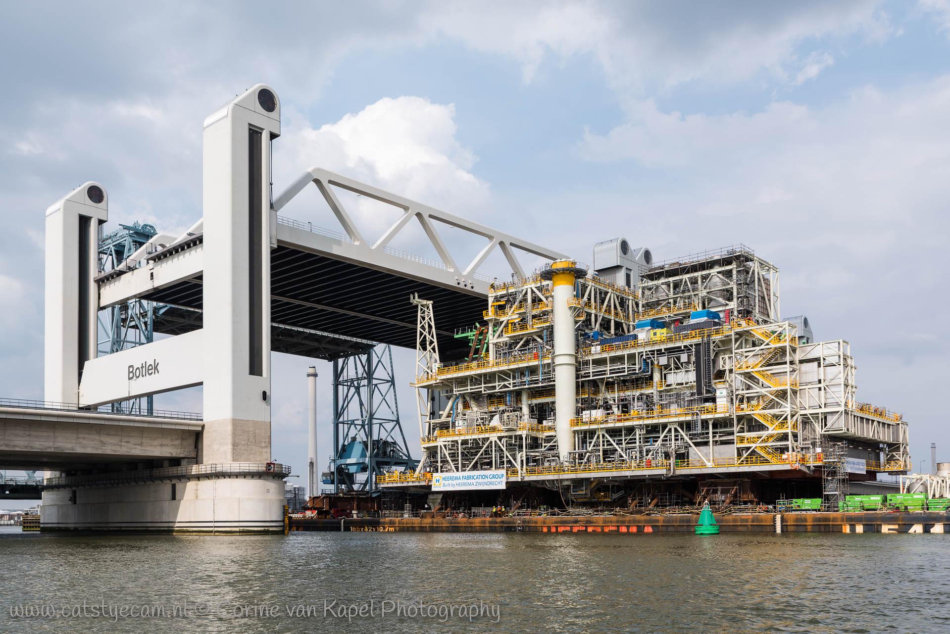 Het megatransport over de oude Maas met platform Montrose passeert de Botlekbrug